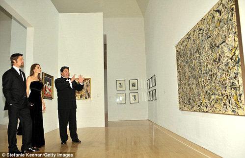 Питт и Джоли смотрят картину Джексона Поллока. Фото The Daily Mail