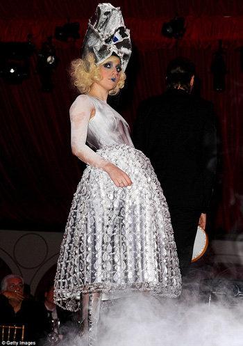 Lady GaGa на выступлении на торжественном ужине. Фото The Daily Mail