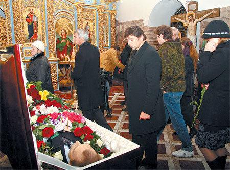 Актёр Валерий НИКОЛАЕВ у гроба ОЛЯЛИНА (фото kp.ua)