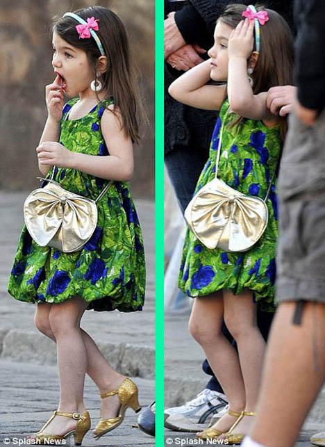Девочка то и дело поправляла макияж и растрепавшуюся модную прическу.