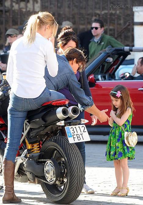Сури подошла поздороваться с Кэмерон Диас, которая вместе с Томом Крузом репетировала сцену на мотоцикле.