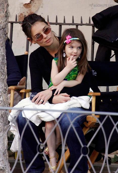 Кэти Холмс в последнее время жестко критикуют за то, что она позволяет трехлетней дочери одеваться, как подростку.