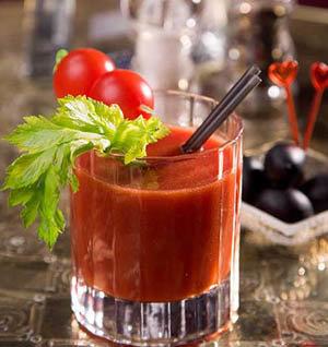 Оновни составляющие- водка и томатный сок.  Также в смесь обычно...