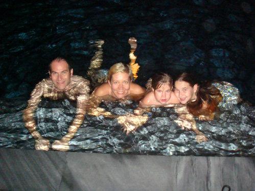 Семья вволю накупалась в бассейне с горячей водой