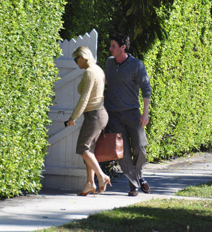 Мать теннисистки сразу же поехала домой и скрылась за воротами особняка. Фото: radaronline.com