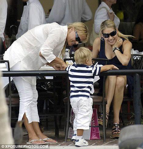 Анна Курникова (справа) и ее мама Алла (cлева) улыбаются маленькому Аллану. Снимок сделан в Майами в 2007 году. Фото: Daily Mail