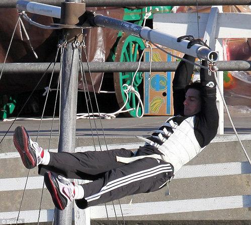 Чтобы выполнять сложные кульбиты, актёру приходится постоянно держать себя в отличной физической форме. Фото Daily Mail