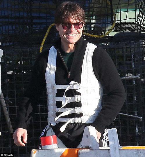 Артист доволен - ему явно приятно, что он справился с опасной сценой. Фото Daily Mail