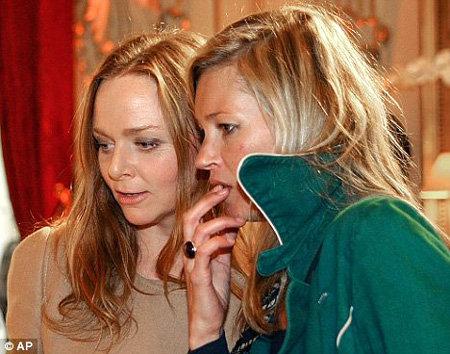 Кейт Мосс и Сталла Маккартни утром того же дня. С волосами у Кейт ещё все в порядке - фото The Daily Mail