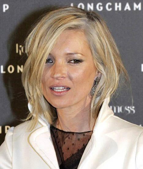 Кейт Мосс на презентации марки Longchamp в Париже: модель покрасилась в странный седой цвет, который только подчеркивает ее покрытое ранними морщинами лицо. Фото: Daily Mail