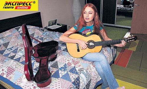 Перед сном певица любит поиграть на гитаре
