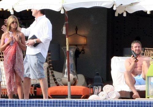 Завидев фотографив, парочка старается держаться подальше друг от друга и делает вид, что они не вместе. Фото: celebrity-gossip.net