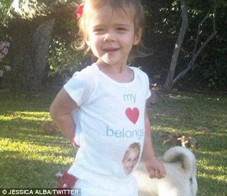Умилительные фото дочки актриса выложила в своем блоге в Twitter