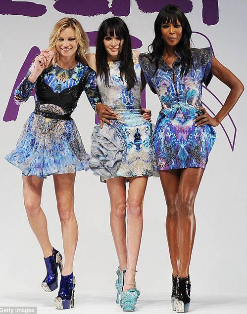 Наоми на подиуме вместе с подругами-моделями Кейт Мосс и Аннабель Нильсен.