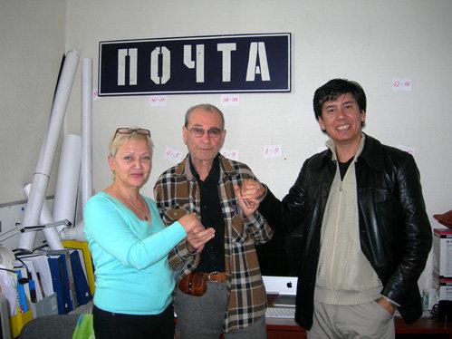 Работница киностудии Елена Путинцева, Владимир Мотыль и А. Байчурин в главном корпусе «Мосфильма»
