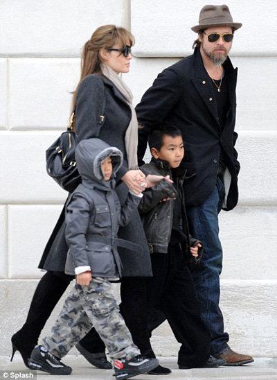 Питт и Джоли с приёмными сыновьями Мэддоксом и Паксом в Венеции, где Анджелина снимается в фильме турист