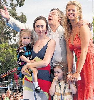 Ольга с семьёй любимого дяди Михаила ЕФРЕМОВА: его женой Софьей и дочками Верой и Надей