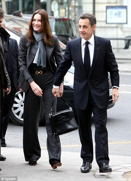 Посмотрите на фото, Карла Бруни на каблуках...  Стиль от Карлы Бруни. via.