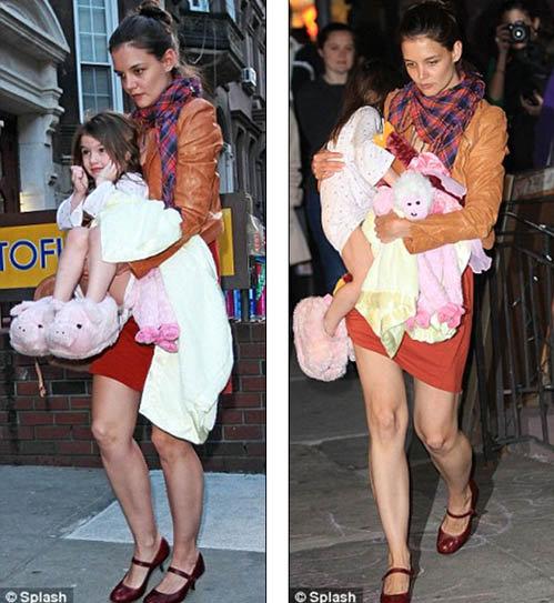 Судя по одеялу и любимым игрушкам, для выхода в свет Кэти Холмс вытащила дочурку прямо из постели. Фото: Daily Mail