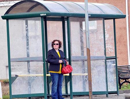 Миллионерша терпеливо ждёт автобус