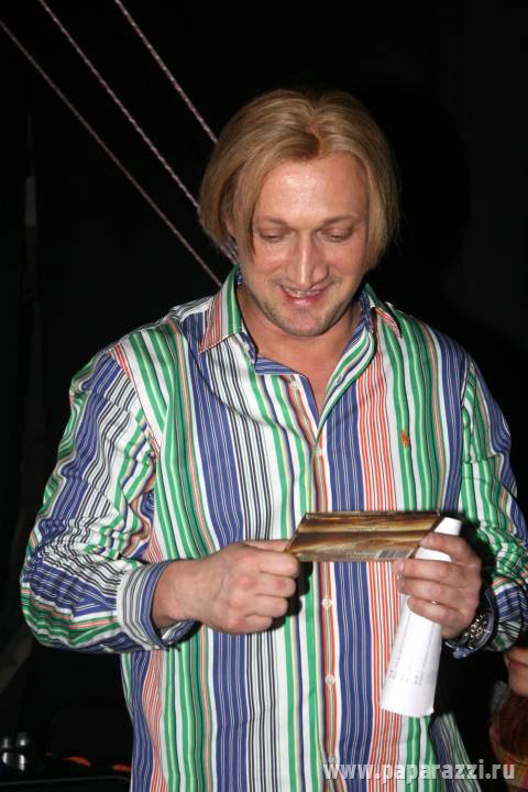 В новом образе актёр выглядит просто душкой. Жаль, что роскошная шевелюра - только парик. Фото paparazzi.ru