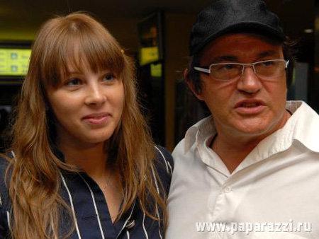 Супруга Диброва Полина Наградова выглядит усталой и измученной. Фото paparazzi.ru