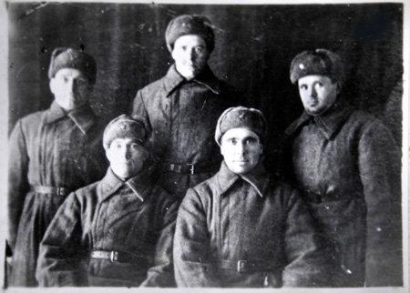 Яков КОПЫТИН (стоит справа) с однополчанами воевали за то, чтобы их детям и внукам оружие в руки брать не пришлось
