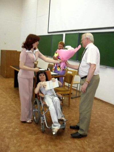 Рекстор лично вручает диплом