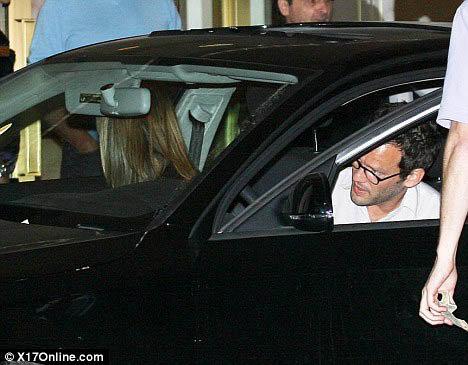 Увидев папарацци, актеры стремительно сели в машину и уехали. Фото: Daily Mail