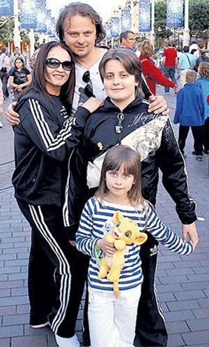 София РОТАРУ с сыном Русланом и внуками