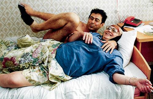 Актриса не теряет чувства юмора, несмотря на невзгоды (на фото с Леонидом, другом из Германии)