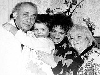 Самые близкие певице люди папа Александр Маркович, дочь Лина и мама