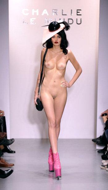 Показ девушками моды голыми фото 794-804