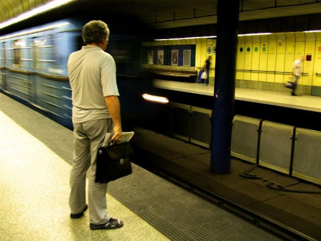 В Мадриде мужчинам запретили раздвигать ноги в транспорте
