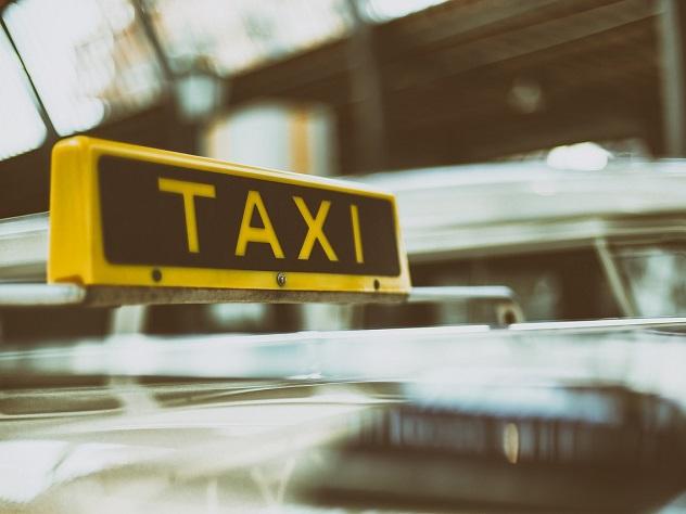 В Саратове пьяный таксист прокатил пешехода на крыше автомобиля