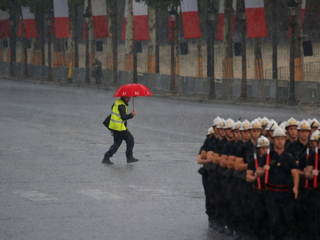 париже сильнейший ливень затопил станций метро