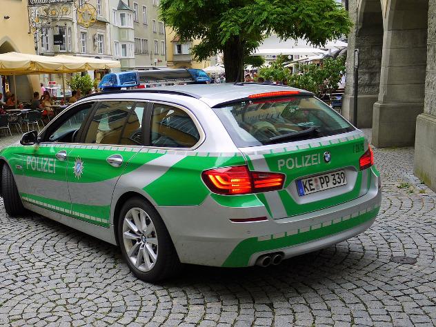 В Германии неизвестный с ножом ранил двух прохожих