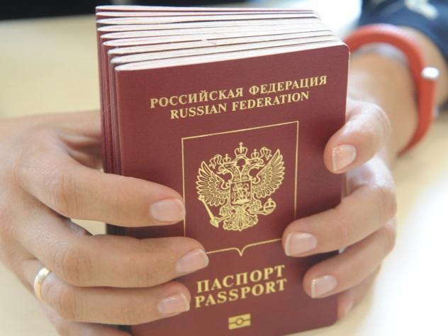 Россиянам пообещали быстрее выдавать загранпаспорта