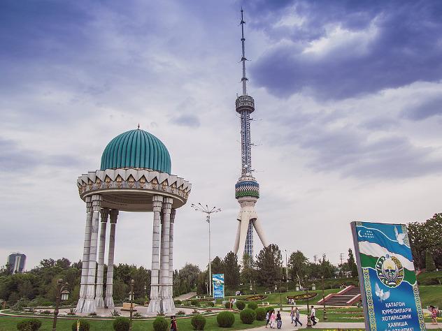 В Узбекистане в два раза девальвировали национальную валюту