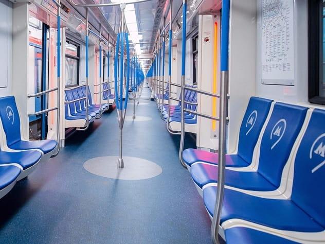 В Москве пассажирам метро плакатами напомнили о вежливости