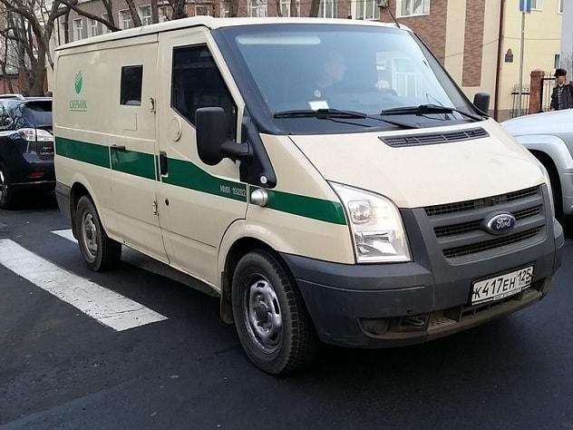 Автомобиль инкассаторов провалился в люк в центре Москвы