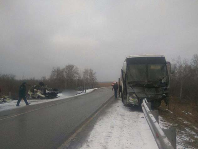 Трое водителей живут в автобусе после аварии в Алтайском крае