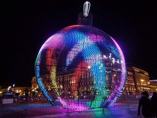 В Москве начали собирать самый большой елочный шар в мире