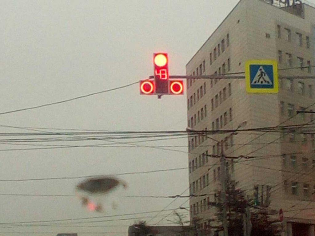 Красноярцев позабавил светофор «эротичной» формы