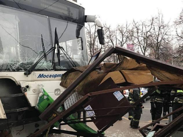 «Меня подрезал таксист»: Водитель автобуса въехал в остановку в Москве