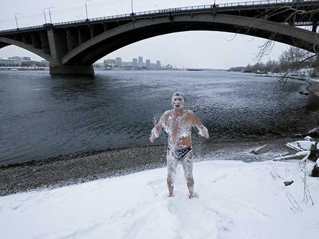 Фото красноярского «моржа» в снегу стало популярным во всем мире