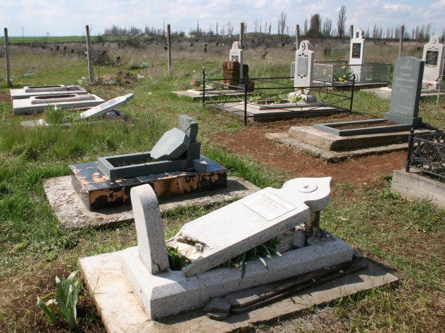 Чиновника заставили отменить пропускной режим на кладбище