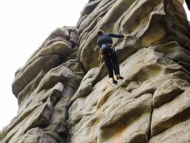 Жительница Магнитогорска выжила после падения с двадцатиметровой скалы