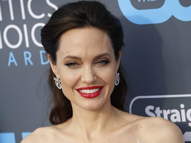 Джоли в платье с перьями сравнили с Киркоровым