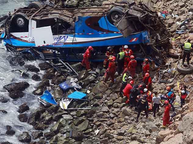 В Перу десятки людей погибли при падении автобуса с обрыва